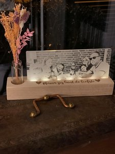 Foto op plexiglas met ledlampje, boeketje droogbloemen en opschrift naar keuze