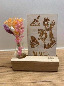 Kindertekening in hout met boeketje droogbloemen en opschrift naar keuze
